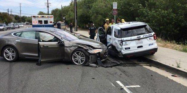 Une Tesla en mode autonome n'a rien trouvé de mieux à faire que de foncer dans une voiture de