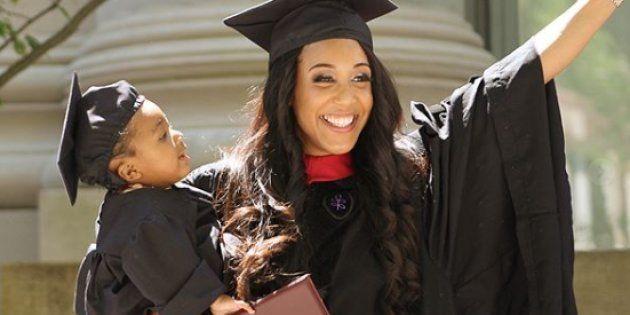 Mère célibataire de 24 ans, elle sort diplômée de Harvard après avoir fini ses exams sous péridurale