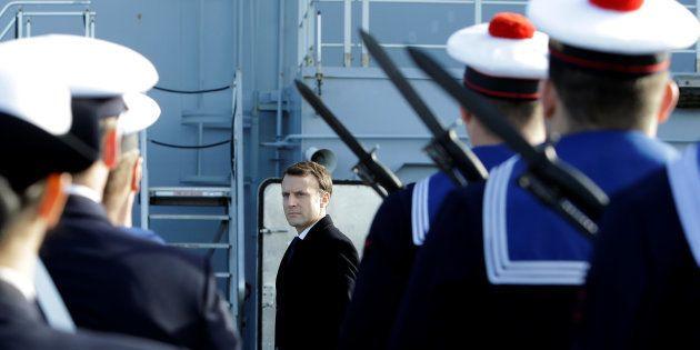 Après avoir inspecté un porte-hélicoptères à Toulon, Emmanuel Macron embarque ce mercredi 14 novembre...