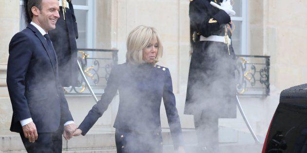 Emmanuel Macron (ici avec son épouse, enfumés sur le parvis de l'Élysée par le gaz d'échappement dégagé...
