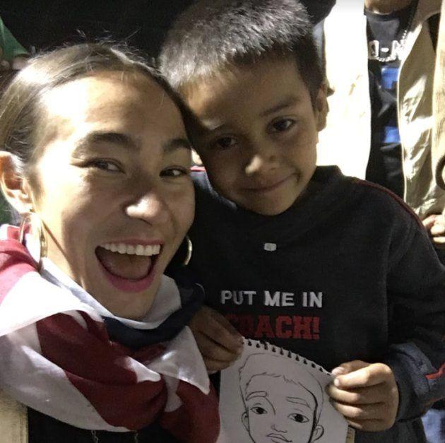 Scarlett Baily à Mexico, avec un petit migrant de la