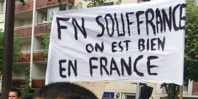 Des lycéens manifestant contre la présence de Jean-Marie Le Pen au second tour de la présidentielle en...