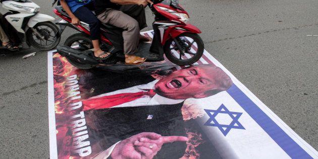 Manifestation de musulmans indonésiens contre la décision de Donald Trump de reconnaître Jérusalem comme...