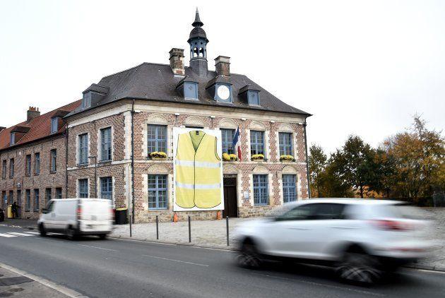 Une immense affiche de gilet jaune installée sur la mairie de Morbecque, dans le