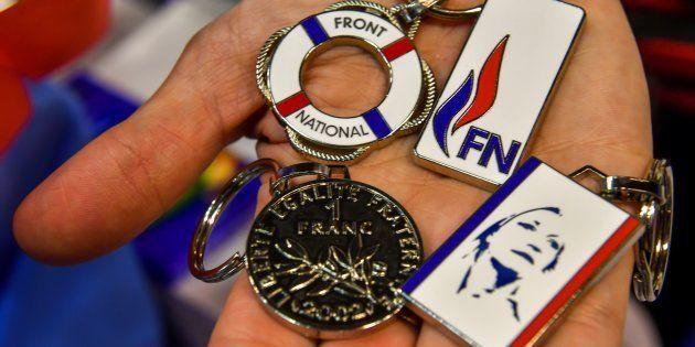 Des porte-clés à l'effigie de Marine Le Pen et du Front national étaient encore présents au stand de...