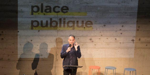 Raphaël Glucksmann prenant la parole lors du premier meeting du