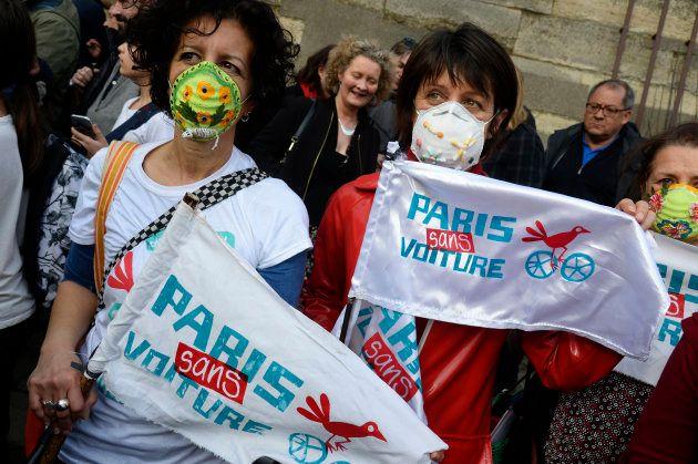 Des sympathisants de la campagne Paris sans voiture brandissant des banderoles lors d'un rassemblement en mars 2018.