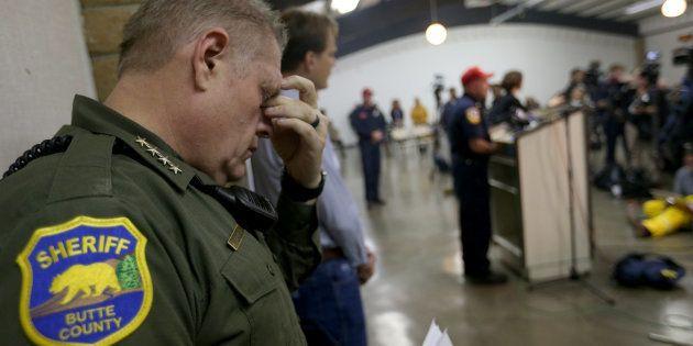 Le shérif Kory Honea, ici photographié le 12 novembre, a donné des précisions sur le nombre de personnes...
