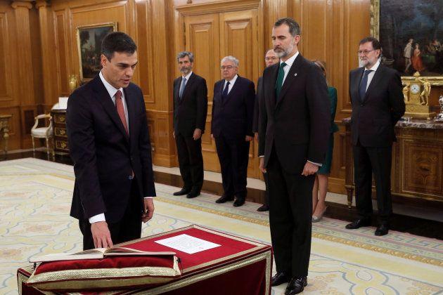 Le Premier ministre socialiste Pedro Sanchez prête serment devant le Roi