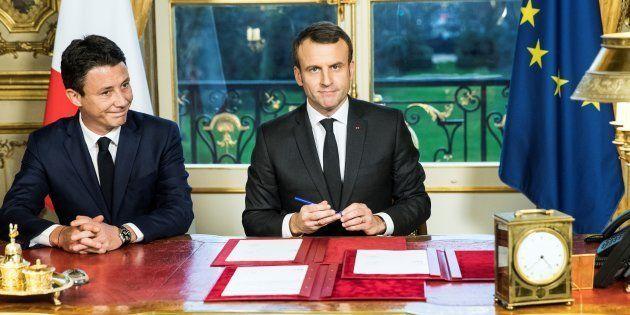 Accompagné de Benjamin Griveaux, le Président Emmanuel Macron a signé trois textes de loi, la loi de...