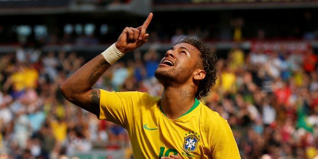 Neymar rejoue au foot et marque après sa blessure, à onze jours de la Coupe du