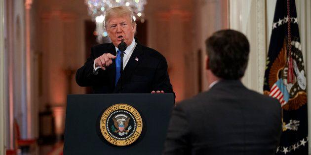 Donald Trump va devoir rendre son accès au journaliste de CNN Jim Acosta avec qui il a eu un échange...