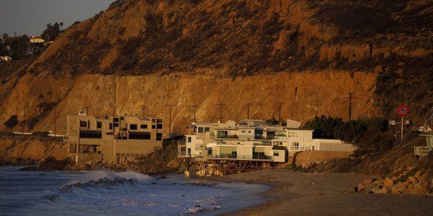 Des maisons au bord de l'océan au-dessous d'une colline brûlée lors de l'incendie de Woolsey à Malibu,...