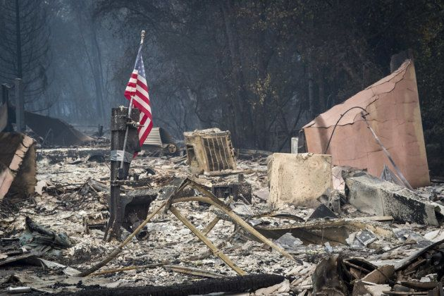 Un drapeau américain flottant encore sur les ruines de la ville californienne de Paradise, le 13 novembre
