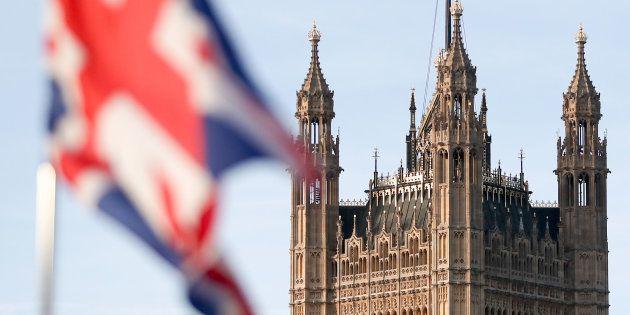 Le drapeau du Royaume-Uni avec en toile de fond Victoria Tower à