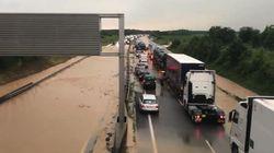 Les images de la coulée de boue qui a coupé une autoroute en