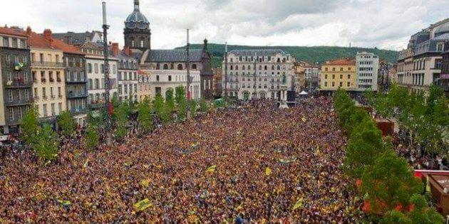Des supporteurs du club de rugby de Clermont-Ferrand se réunissant pour assister à la finale de la Champions...