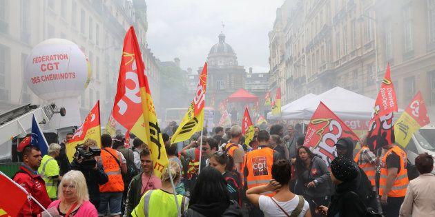 Des manifestants protestant contre le projet de réforme de la SNCF devant le Palais du Luxembourg où...