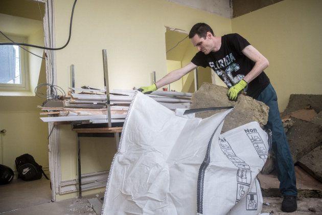 Liévin (62), Mai 2018. Loïc remplit des gros sacs de déchets qu'il doit ensuite descendre dans la cour...