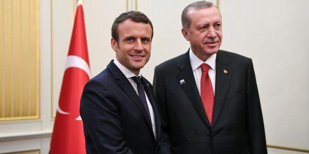 Le Président Emmanuel Macron et le Président turc Recep Tayyip Erdogan lors d'une rencontre en marge...