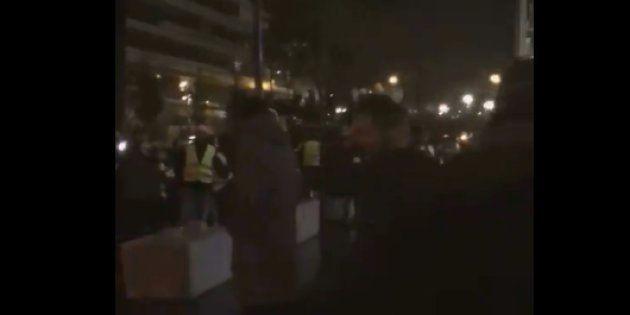 Une quarantaine de manifestants devant la rédaction de BFMTV lundi 19