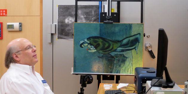 Le chercheur John Delaney observe les secrets du tableau de Picasso grâce à une technologie d'imagerie