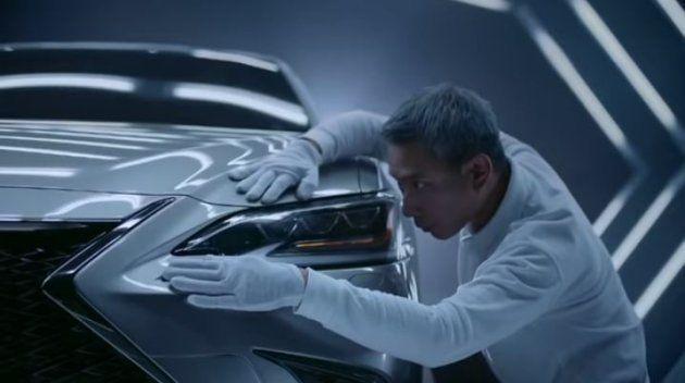 L'ingénieur inspecte la voiture mais semble ne pas avoir le total contrôle sur