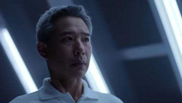 L'homme regarde impuissant et inquiet la Lexus partir... sans
