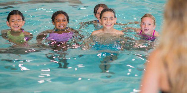 Le jour où j'ai accompagné mes enfants à une sortie piscine, j'ai compris pourquoi leur maîtresse était...