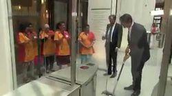 Le premier ministre néerlandais passe la serpillière au Parlement et se fait