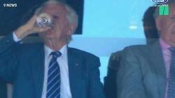 Tous les ans, des millions d'Australiens regardent cet ex-Premier ministre descendre une pinte de