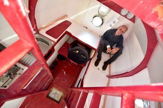 À l'intérieur, le strict minimum: 6 m2 d'espace de vie, un coin couchette, un coin cuisine, un bureau...