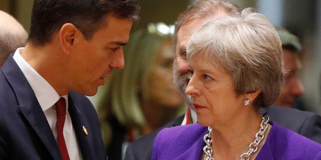 Pedro Sanchez et Theresa May en discussion pendant un sommet à