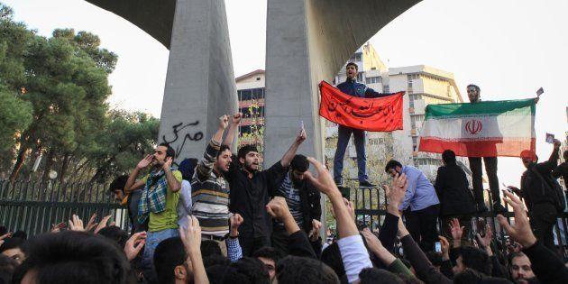 Des manifestants protestent contre le coût de la vie, à Téhéran, le 30 décembre