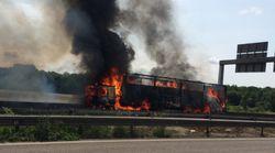 Un camion rempli de papiers toilette part en fumée sur l'autoroute près de