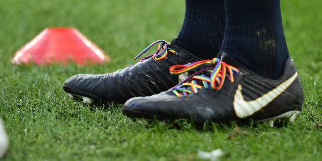 Des lacets arc-en-ciel pour soutenir Gareth Thomas seront portés par les joueurs du XV de France ce samedi...