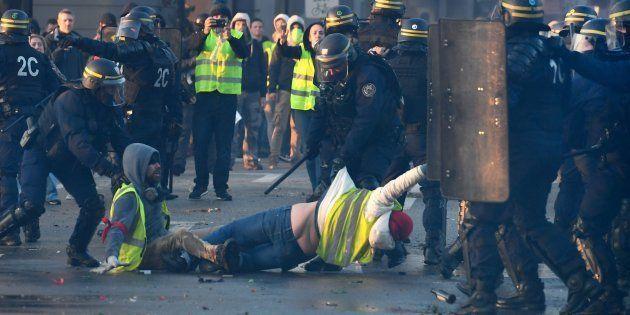 Des manifestants en gilets jaunes évacués par des policiers après des tenions à Quimper le 17 novembre
