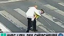 Ce vieux monsieur mettait du temps à traverser, le policier l'a pris sur son