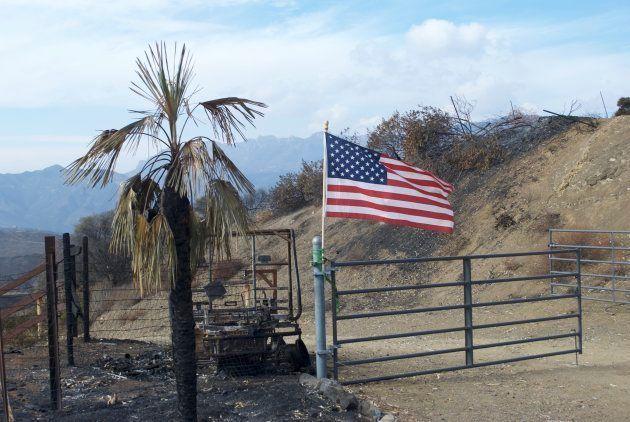 Un drapeau américain installé après le passage de