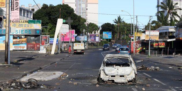 Une voiture détruite et incendiée à Saint-Denis de La Réunion, le 21 novembre, en marge des gilets