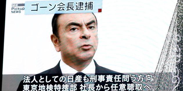 Nissan révoque Carlos Ghosn de son poste de président (Photo: un écran diffusant les informations dans...