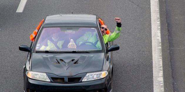 Au sixième jour de mobilisation des gilets jaunes, un automobiliste a tenté de forcer un barrage de manifestants...