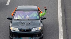 Un automobiliste force un barrage de gilets jaunes et traîne un policier sur la