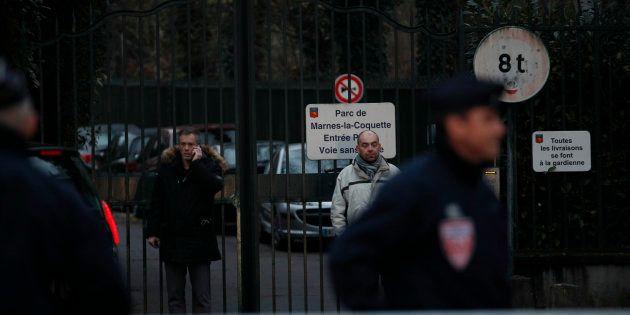 Des policiers montent la garde à proximité de la maison de Johnny Hallyday à Marnes-la-Coquette, le 5...