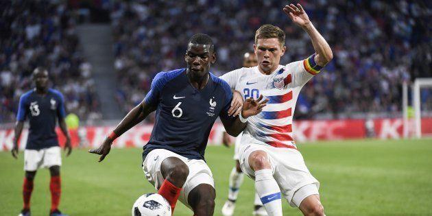 Paul Pogba à la lutte avec Wil Trapp lors de France - Etats-Unis à Lyon le 9 juin