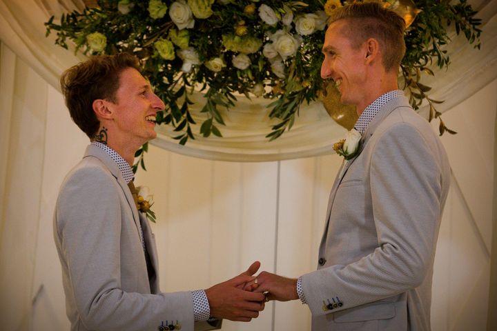 Craig Burns (à droite) et Luke Sullivan (à gauche) se sont mariés ce mardi 9 janvier en Australie.