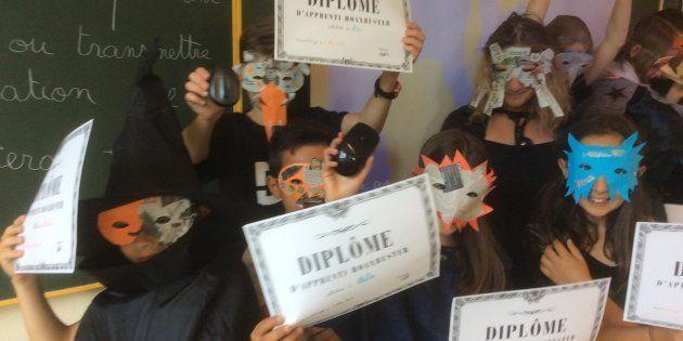 À la fin de l'année, les élèves reçoivent un diplôme d'