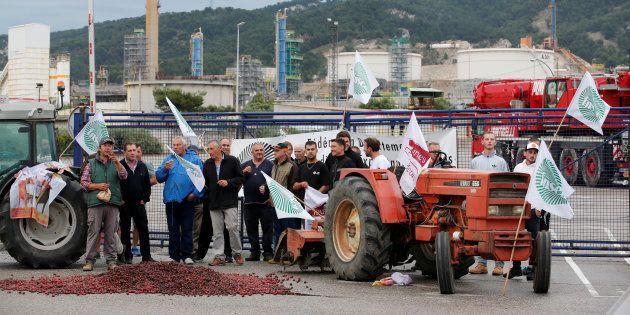Des agriculteurs de la FNSEA devant la raffinerie Total à La Mède, lundi 11