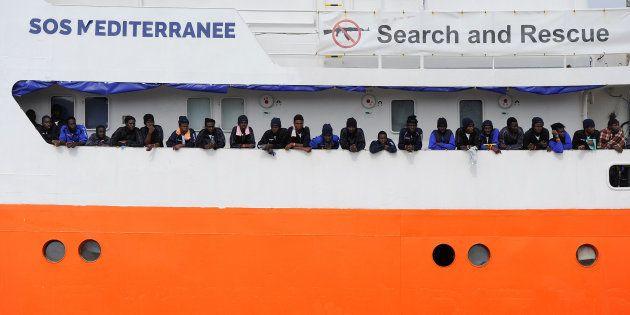 Des migrants débarquant de l'Aquarius en Sicile, fin mai