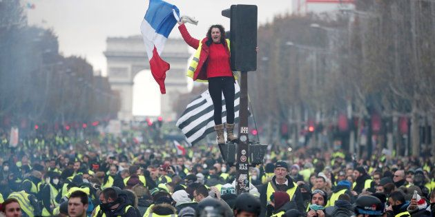 Une femme en gilet jaune sur les Champs-Élysées, ce samedi 24 novembre à